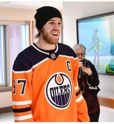 To the people who say Connor never smiles. Connor Mcdavid, Hockey Stuff, Edmonton Oilers, Toronto Maple, Hockey Players, Ice Hockey, Cute Guys, Nhl, Dads