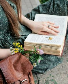 saved by Lala I Love Books, Good Books, My Books, Book Aesthetic, Aesthetic Pictures, Lifestyle Fotografie, Book Flowers, Anne Of Green, Coffee And Books