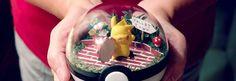 Die in Texas lebende Künstlerin Lauren kam auf die Idee, die gefangenen Pokemon in den Pokeballs als Terrarien darzustellen. Damit hat sie bei den Fans offenbar mitten ins Schwarze getroffen, den Pokeball Terrarien verkaufen sich, wie frisch geschnitten Brot und so muss man sich für eine Bestellungen sputen, denn viele gibt es nicht mehr