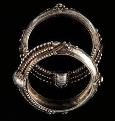 Paire de bracelets Superbe paire de bracelets en argent. Magnifique travail de filigrane et de granulation. Argent Inde, Madhya Pradesh