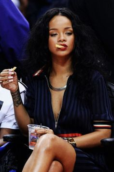 """tuileries: ""aesthetic: rihanna courtside at basketball games "" No bra in public RiRi is what I aspire to be. Moda Rihanna, Rihanna Mode, Rihanna Riri, Rihanna 2014, Style Rihanna, Looks Rihanna, Rihanna Outfits, Angelina Jolie, Beyonce"