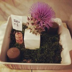 Let's recycle a ruined baking sheet and create a centerpiece with moss, candles and thistle flowers