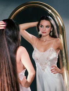 Crystal Gayle Beautiful Girl Body, Beautiful Long Hair, Crystal Gayle Hair, Rapunzel Hair, Very Long Hair, Celebrity Beauty, Looks Style, Classic Beauty, Beautiful Celebrities