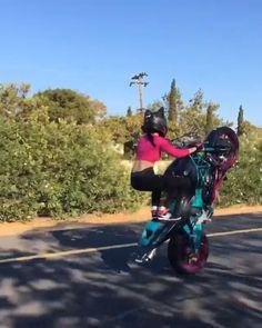 Wheelie Kat - Shared by Motorcycle Fairings - Motocc Lady Biker, Biker Girl, Biker Chick, Motorbike Girl, Motorcycle Bike, Motorcycle Clothes, Trike Bicycle, Gif Motos, Moto Design