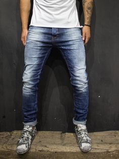 blue slim fit jeans PLEASE NOTE THE LENGTH IS 33 (FOR ALL WAIST SIZES) size : W x L (Waist x Length) -97% Cotton 3% Elastan -Button Fly -SLIM FIT