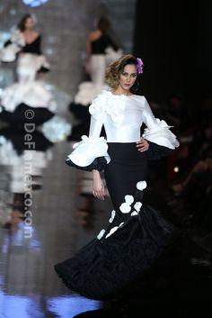 Fotografías Moda Flamenca - Simof 2014 - Juana Martin 'Amaya' Simof 2014 - Foto 17 2015 Fashion Trends, Spanish Fashion, White Chic, Moda Vintage, Fiesta Party, Badgley Mischka, Dot Dress, Classy Outfits, African Fashion
