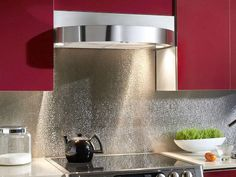 Stainless steel backsplash has modern design with shiny and sleek appearance in becoming centerpiece and wall protection of kitchen. Backsplash in kitchen Kitchen Backsplash Inspiration, Modern Kitchen Backsplash, Backsplash Ideas, Kitchen Ideas, Kitchen Decor, Kitchen Designs, Kitchen Centerpiece, Backsplash Design, Grey Backsplash
