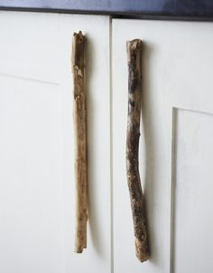 Bring a touch of rustic, coastal goodness indoors in four simple steps with these DIY driftwood cabinet handles.