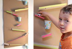 Transformer des tubes en carton en un parcours de billes ? Oui ! On fabrique un super jeu avec les matériaux les plus banals.