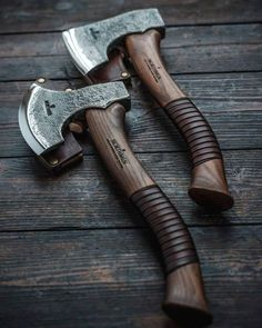 Photo by Northmen on February L'image contient peut-être : 1 personne Cool Knives, Knives And Swords, Espada Viking, Animal Robot, Wood Axe, Viking Axe, Viking Sword, Throwing Axe, Axe Handle