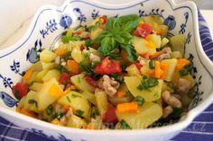 Letní bramborový salát Fruit Salad, Pesto, Potato Salad, Salsa, Potatoes, Ethnic Recipes, Food, Meal, Salsa Music