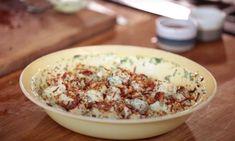 Jamie Oliver kan koken, dat weten we. De chef-kok claimt nu dat hij het recept voor perfecte aardappelsalade weet en die is zonder mayonaise. Mayonaise, Jamie Oliver, Grains, Salads, Bbq, Rice, Food, Barbecue, Barbacoa