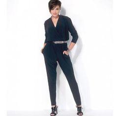 Patron de couture McCall's M7099, de barboteuse et combinaisons pour jeune femme. Barboteuse et combinaisons amples, à ligne d'encolure haute, corsage blousant, froncé, faux-portefeuille, bande devant formant l'encolure dos, taille élastiquée, et poches latérales.   Taille A5 (6 - 8 - 10 - 12 - 14)   ou Taille E5 (14 - 16 - 18 - 20 - 22)