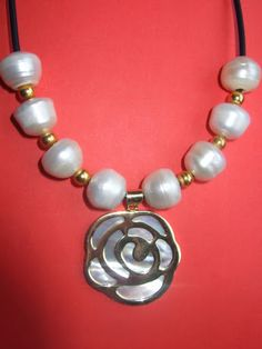 CAPRICCI PLATA: Google+ Gargantilla de caucho con perlas naturales y colgante de plata 925m. www.capricciplata.com www.facebook.com/capricci.plata1