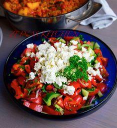 Shopska sallad är en favorit från Balkan som passar perfekt att servera vid alla rätter. Riktigt gott med fyllda paprikor eller risrätten djuvec. 1 skål fetaostsallad, ca 6 portioner 500 g cocktailtomater eller ca 3-4 tomater 1 gurka 1 rödlök 2 paprikor (gärna en grön och en röd) 1 liten knippe persilja Ca 150 g fetaost 3 msk vinäger 2 msk olivolja 1 tsk salt Gör såhär: Hacka alla grönsaker, blanda med salt, vinäger och olivolja. Toppa med smulad fetaost. Relaterade