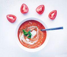 Суп из красной чечевицы с йогуртом (на 3 порции)     1 стакан красной чечевицы     2 стакана воды     200 мл йогурта из козьего молока     1 луковица     3 средних помидора     1 ч. ложка куркумы     1 ч. ложка гхи или оливкового масла     зеленый лук или другая свежая зелень     соль & перец по вкусу