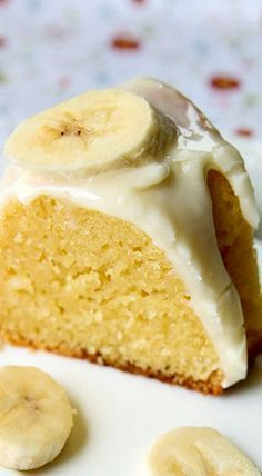 Banana Pudding Cake With Cream Cheese Glaze ~ It's easy and fast, and it takes basic ingredients you won't have any problems to find at your kitchen. Just Desserts, Delicious Desserts, Dessert Recipes, Yummy Food, Trifle Desserts, Picnic Recipes, Baking Desserts, Dessert Food, Health Desserts