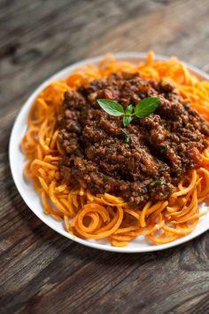 Les spaghettis de légumes se déclinent à l'infini et avec de la patate douce, ça fait mouche!Notre recette de     spaghettis de patate douce...