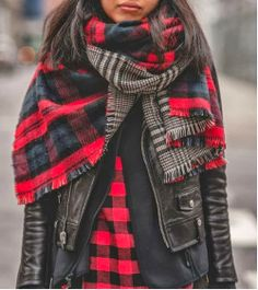 Fashionable, Black and Red Striped Oversized Scarf with Black Leather Jacket and Striped Modern Shirt - écharpe écossaise à carreaux disponible chez Pashmina cachemire www.pashminacachemire.com