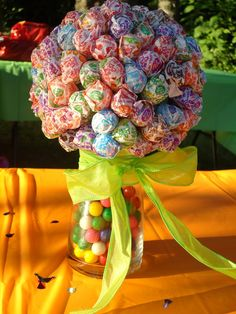 Lollipop Centerpiece. Might have to do this...kids table... Change colors Christmas theme.
