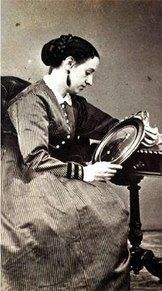 Doña Concepción Lombardo, viuda del general Miguel Miramón, contemplando su retrato.