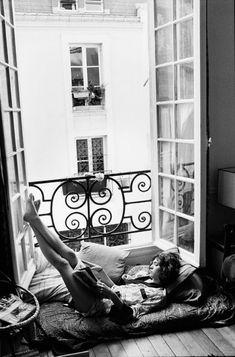 Jeune femme lisant à la fenêtre