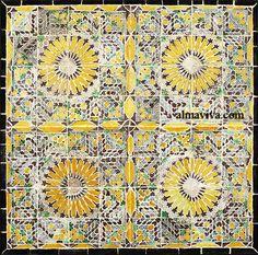 """Motifs géométriques typiques des carreaux dits """"Qallaline"""" peints à Tunis au XVIIIe siècle  sur des carreaux de faïence, à la manière des azulejos hispaniques. Motifs Islamiques, Arabic Pattern, Ceramic Engineering, Islamic Art, 18th Century, Tile"""