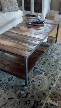 Mesa de centro com estrutura em ferro e tampo de madeira pallet envelhecida…