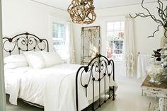 Кованые кровати: 115 утонченных решений для интерьера в стиле бохо, рустик и прованс http://happymodern.ru/kovanye-krovati-115-foto-azhurnaya-legkost-tyazhelogo-metalla/ Морской стиль в интерьере спальни