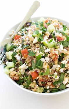 30 Minute Greek Kale Quinoa Salad. Loaded with tons of vegetables and tossed with lemon and olive oil!