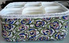 Fazendo organizadores, porta trecos, utilizando embalagens de plástico.  Nessa ideia, você pode fazer com potes de sorvetes, de margarinas, com embalagens de qualquer tipo. Reutilize!!!