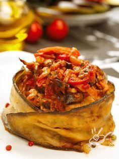 Ratatouille avvolta in fette di melanzana: una idea jolly per servire la ratatouille in modo originale, e apprezzarne a pieno tutto l'aroma mediterraneo.