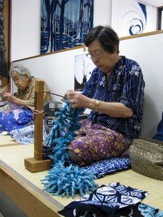 kanoko shibori: La technique de Miura shibori : On pince avec un crochet une petite zone de tissu, avant d'enrouler le fil deux fois autour, sans le nouer. Il s'agit d'une des techniques les plus faciles et rapides à faire, très populaire, parfois enseignée dans les écoles primaires au Japon.