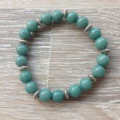 Armband van 8mm groen/blauw jade met metalen sierkralen. Van JuudsBoetiek €6,50. Te bestellen op www.juudsboetiek.nl