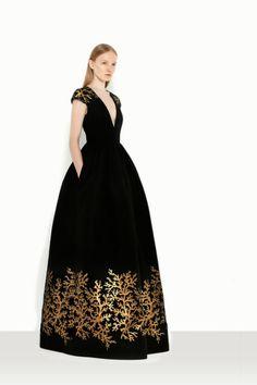 Vestido de fiesta con estampados estilo barroco.