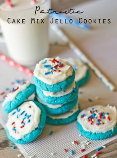 Need to make Canada day version Pinner says :Patriotic Cake Mix Jello Cookies. These are so simple and fun to decorate for the of July! Jello Cookies, Cake Mix Cookies, Cookie Desserts, Cookie Recipes, Blue Cookies, Cake Mix Recipes, My Recipes, Dessert Recipes, Favorite Recipes