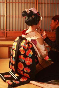 Learn to do your makeup like a MAIKO in Kyoto Japanese Geisha, Japanese Beauty, Japanese Kimono, Japanese Girl, Look Kimono, Memoirs Of A Geisha, Turning Japanese, Japanese Outfits, Japan Art