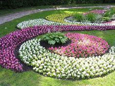Love this. Small Flower Bed Ideas | 33 Beautiful Flower Beds Adding Bright Centerpieces to Yard ...