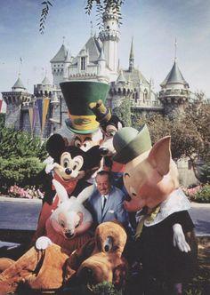 Walt Disney and the Disney Characters at Disneyland Park - Love this rare photo! Walt Disney and the Disney Characters at Disneyland Park mailto:tami Disney Dream, Disney Magic, Disney Art, Disney Movies, Walt Disney World, Disney Characters, Disney Songs, Disney Travel, Disneylândia Vintage