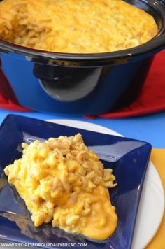 Slow Cooker Creamy Cheesy Mac & Cheese - This is so easy to make! #mac&cheese #slow cooker #crock-pot #sides #recipes