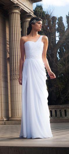 Vestido de novia, estilo romano blanco, escote de un solo hombro, base satén con superposición de drapeado en muselina de seda, aplique de encaje bordado con cristales en la cintura e importante tajo en costado.