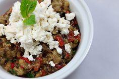 Heute wenden wir uns einmal der osteuropäischen Küche zu und machen  einen Sprung nach Bulgarien. Dort serviert man gerne Kiopolo, einen  Auberginensalat, der meist als Vorspeise mit Brot und viel Knoblauch auf  den Tisch kommt. Go Veggie, Love Food, Salad Recipes, Healthy Life, Side Dishes, Salads, Paleo, Food And Drink, Appetizers