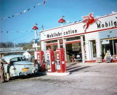 Old Gas Pumps. We had service station attendants who filled your car up with gas, washed your windows, and checked the oil. Drive In, Full Service Gas Station, Midcentury Modern, Pompe A Essence, Old Gas Pumps, Old Gas Stations, Filling Station, Us Cars, Good Ole