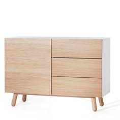 Mamma je nová kolekcia nábytku od poprednej českej nábytkárskej značky Jitona. Charakteristikou celej kolekcie je vľúdna a elegantná forma v kombinácii s prírodnými materiálmi a sofistikovanými detailami. Preto je komoda vyrobená z dubového masívu a dubovej dyhy s finálnym transparentným lakom, ktorý zvýrazňuje štruktúru dreva. Tento minimalistický, ale výrazný kus kvalitného nábytku náležite ocenili aj porotcovia významných veľtrhov a výstav. Kolekcia Mamma sa pýši nomináciami na Czech…