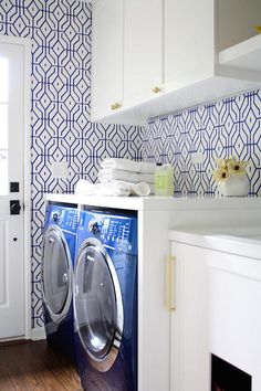 wallpaper trends blue and white laundry room wallcovering Laundry Room Cabinets, Laundry Room Organization, Laundry Room Design, Organization Station, Trellis Wallpaper, Bold Wallpaper, Wallpaper Ideas, Geometric Wallpaper, Blue And White Wallpaper
