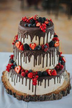 Rustic Drip Strawberry Chocolate Wedding Cake The post 2019 Wedding Cake Trends: 25 Drip Wedding Cakes appeared first onHoneymoon. Food Cakes, Cupcake Cakes, Wedding Cake Centerpieces, Wedding Cake Rustic, Wedding Cake Vintage, Rustic Birthday Cake, Rustic Weddings, Vintage Weddings, Drip Cakes