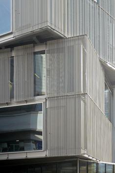 Leuchtende Komplexität: Strasbourg School of Architecture von Marc Mimram Home Architecture Styles, Factory Architecture, Commercial Architecture, Facade Architecture, School Architecture, Strasbourg, Metal Cladding, Glass Facades, Outdoor Curtains