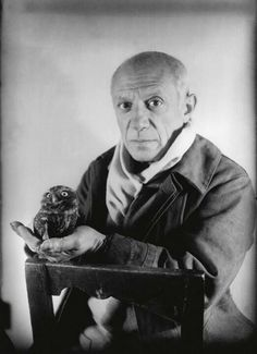 Picasso and the Owl. I saw this photo as part of a small Picasso exhibit in Antibes, France this summer. Pablo Picasso, Kunst Picasso, Art Picasso, Picasso Paintings, Henri Rousseau, Henri Matisse, Georges Braque, Paul Gauguin, Francisco Goya