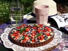 Czekoladowa tarta z kremem i owocami lata
