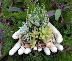 Gartendeko aus Beton - Hände als Blumentopf